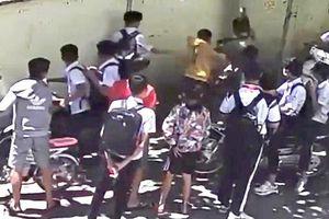 Nam sinh lớp 8 bị nhóm đối tượng lạ mặt đánh hội đồng ngay trước cổng trường