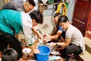 'Cánh mày râu nhà người ta' kéo nhau ra rửa bát trong ngày 8/3 khiến chị em phụ nữ phải bật cười