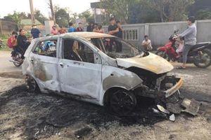Nghệ An: Ô tô cháy trơ khung khi đang đậu trên đường làng