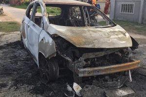 Xế hộp cháy trơ khung khi đang đậu trên đường làng, chủ xe vơ vội ít giấy tờ thoát ra