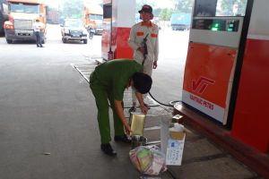 Khám xét 10 địa điểm liên quan đến đường dây xăng giả cực lớn tại Đồng Nai