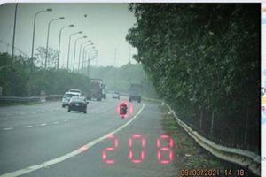 Cảnh sát giao thông lập biên bản xử phạt lái xe mô tô phóng gần 300 km/h tại Đại lộ Thăng Long