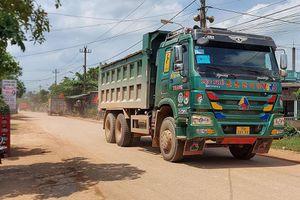 Dân chặn xe chở đất thi công cao tốc Cam Lộ - La Sơn