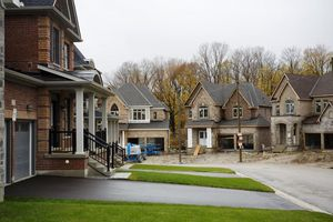 Giá nhà tại Canada tăng vọt, thu nhập người dân đứng im