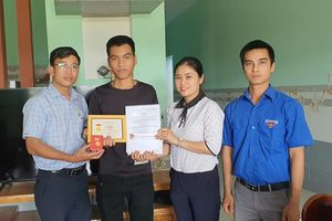 Trao huy hiệu Tuổi trẻ dũng cảm cho thanh niên lao ra biển cứu 3 em học sinh