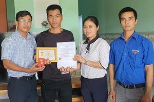 Trao huy hiệu Tuổi trẻ dũng cảm tặng người cứu ba học sinh đuối nước