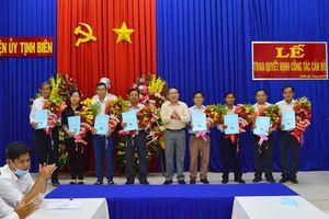 Huyện ủy Tịnh Biên trao quyết định công tác cán bộ