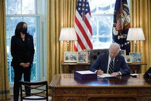 Chính quyền Biden hủy chính sách siết 'thẻ xanh' thời ông Trump