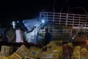 Xe chở gà mất lái lật trong đêm, 2 người tử vong