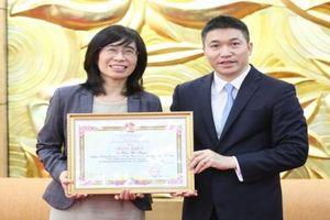 Người phụ nữ Việt đầu tiên làm Trưởng Đại diện WVI tại Việt Nam nhận bằng khen của VUFO