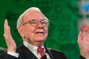 Phù thủy đầu tư Warren Buffett gia nhập nhóm người có 100 tỷ USD