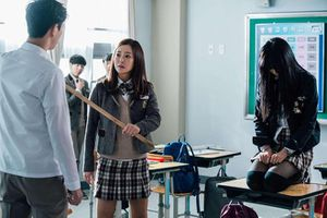 Phụ huynh Hàn thuê người bảo kê con khi tới trường