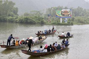 Khoảng hơn vạn người trẩy hội chùa Hương ngày đầu mở cửa