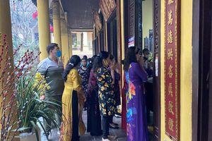 Đền chùa đông nghịt, áp dụng chặt biện pháp phòng chống COVID 19