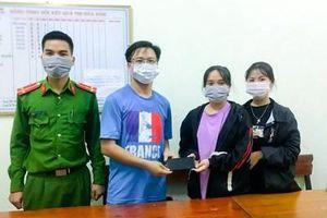 2 nữ sinh trường THPT Hương Sơn nhặt điện thoại nhờ Công an tìm trả người đánh rơi