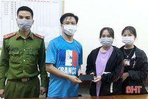 Nhặt được điện thoại, 2 nữ sinh Hà Tĩnh nhờ công an tìm người trả lại