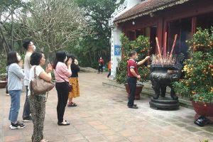 Người Hà Nội trên phố đi bộ và cơ sở thờ tự ngày mùng 1 đầu tháng