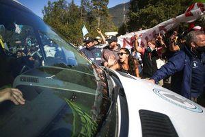 Người biểu tình đập vỡ cửa sổ ôtô chở tổng thống Argentina