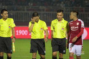 Trọng tài gợn sóng: Đừng làm V-League mất vui!