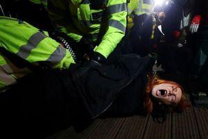 Cảnh sát London đụng độ với người biểu tình