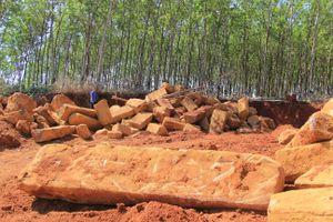 Cận cảnh mỏ đá trái phép khổng lồ gần trụ sở UBND xã