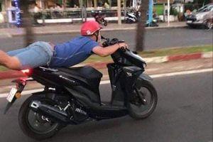 Triệu tập nam thanh niên nằm trên yên xe khi chạy xe máy