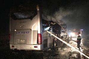 Xe khách bất ngờ bốc cháy, 11 người may mắn thoát nạn