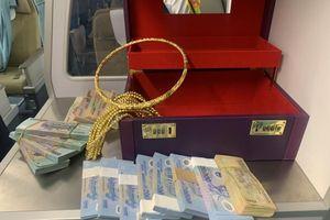 Nghệ An: Khách bỏ quên vali có hơn 300 triệu đồng cùng nhiều vòng vàng trên máy bay