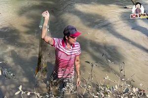 Hoài Linh lấm lem bùn đất, tự tay ra ao thả lưới bắt cá