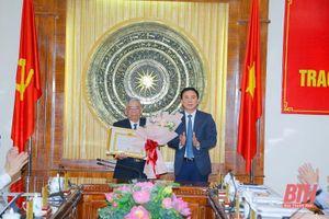 Trao Huy hiệu 60 năm tuổi Đảng cho đồng chí Phùng Sỹ Các, nguyên Ủy viên Ban Thường vụ Tỉnh ủy, nguyên Chủ nhiệm Ủy ban Kế hoạch tỉnh