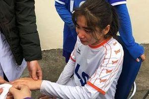 Nữ cầu thủ 'nức nở' sau khi gặp chấn thương
