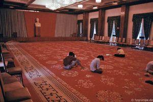 Thực hiện tấm thảm lớn trong dinh Độc lập