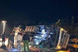 Lật xe tải và xe cẩu ở đèo Lò Xo, 1 người tử vong