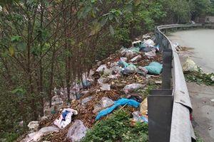 Lối dẫn lên xuống cầu Thăng Long ngập rác thải