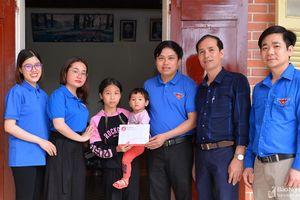 Chi đoàn Báo Nghệ An trao tiền hỗ trợ nữ sinh lớp 8 phải cõng theo em đến trường