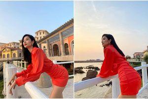 Hoàng Thùy khoe ảnh diện váy cam rực rỡ đón hoàng hôn khiến fan trầm trồ