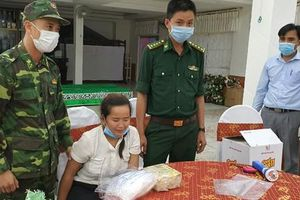 Bắt giữ 2 cô gái vận chuyển 4.000 viên ma túy và 2kg 'hàng đá'