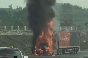 Hai xe tải húc xe máy trên cùng đoạn đường, 2 người thiệt mạng