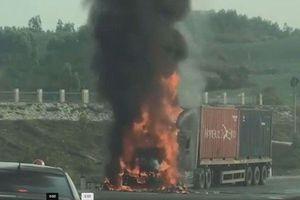 Xe đầu kéo cháy rụi sau va chạm, một người tử vong