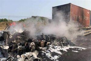 Gia Lai: Xe đầu kéo bốc cháy dữ dội sau khi tông xe máy, hai người thương vong