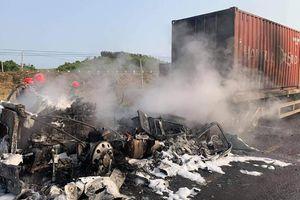 Tai nạn giao thông tại tỉnh Gia Lai làm xe đầu kéo cháy rụi