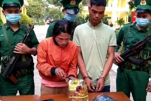 Bắt hai đối tượng vận chuyển 1kg ma túy đá ở Kon Tum