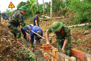 Tranh thủ ngày nghỉ, cán bộ, chiến sỹ LLVT Hà Tĩnh giúp dân làm nông thôn mới