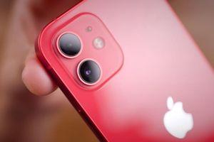 Apple lại bị phạt vì không bán iPhone 12 kèm cục sạc