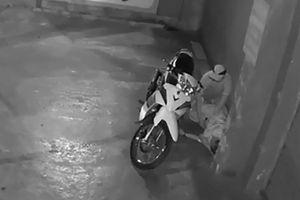 Nhậu say nằm ngủ trước cửa nhà, bị trộm cả xe và điện thoại