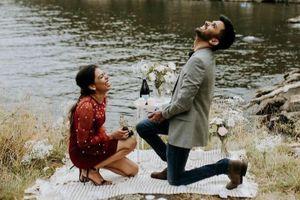 Cặp tình nhân cầu hôn nhau cùng lúc