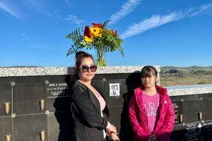 Thúy Nga cùng con gái thăm mộ Chí Tài 100 ngày, hôn lên di ảnh mà trực trào nước mắt