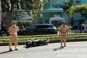 Chạy xe máy vào làn ô tô ở Sài Gòn, 1 người nước ngoài tử vong