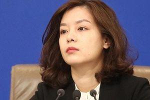 Nữ phiên dịch bất ngờ nổi tiếng vì xinh đẹp