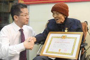 Nguyên Bí thư Đặc khu ủy Quảng Đà nhận Huy hiệu 80 năm tuổi Đảng